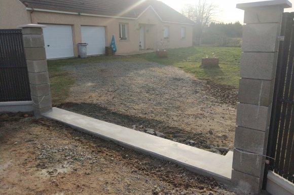 Cloture rigide avec seuil béton pour portail.